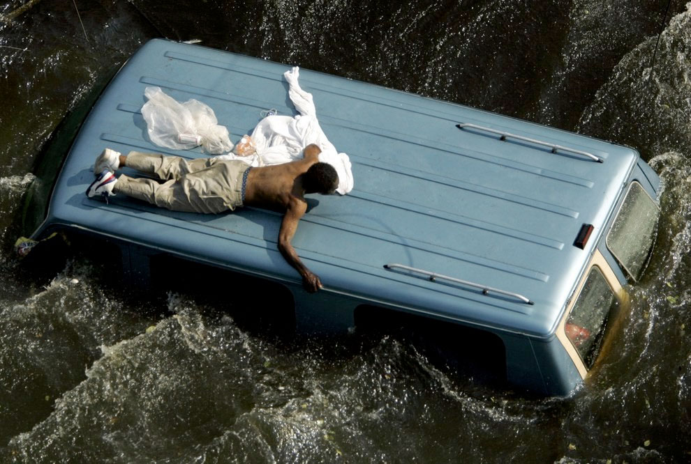 2005-uraganul-katrina-barbat-se-salveaza