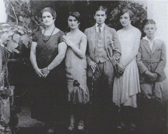 Frida-Kahlo-costum-barbatesc-1926