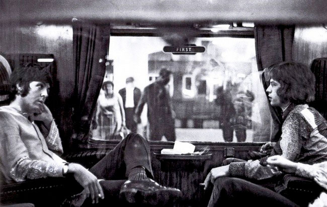 Paul-McCartney-si-Mick-Jagger-in-tren-1967