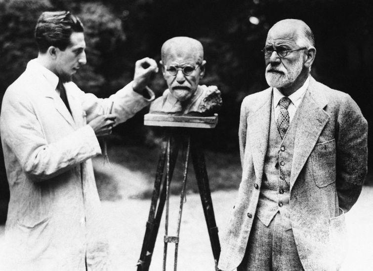 Sigmund-Freud-pozeaza-pentru-bust