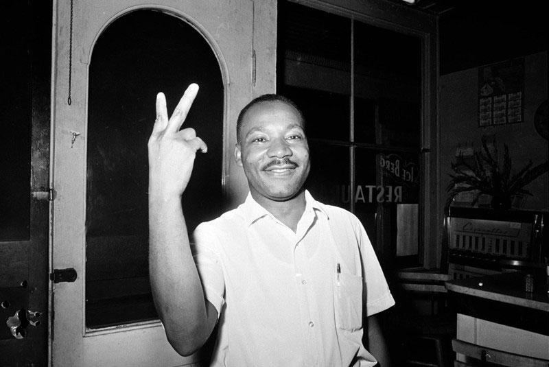 adevarat-Martin-Luther-King-arata-simbolul-victoriei