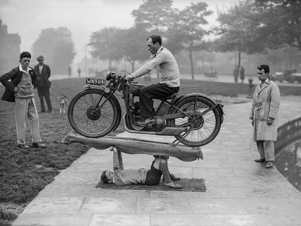 baiatul-samson-tine-motocicleta-1932