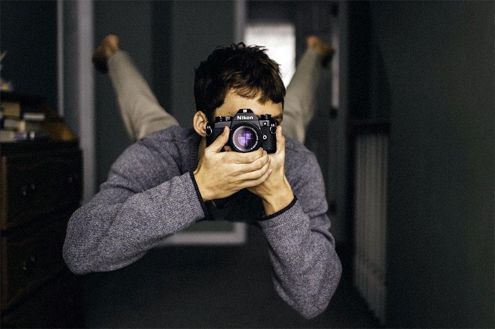 barbat-fotografiaza-in-aer