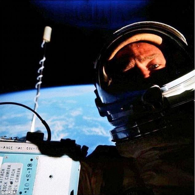 buzz-aldrin-1964-selfie-cosmos