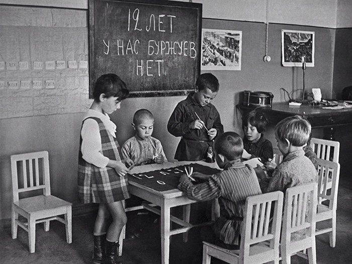 copiii-deseneaza-afis-revolutie-octombrie-1929
