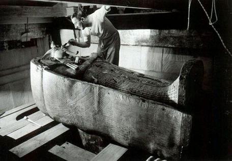 egiptologul-Howard-Carter-sarcofag-tutanhamon-1923