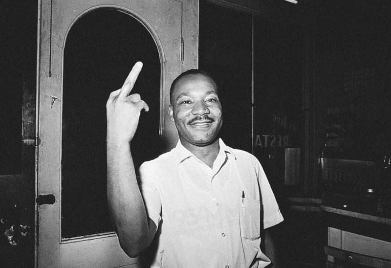 fals-Martin-Luther-King-arata-degetul-mijlociu