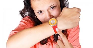 femeie-arata-ceasul-ora