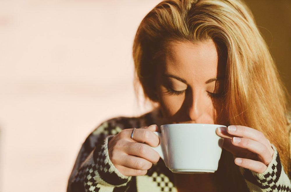femeie-bea-cafea