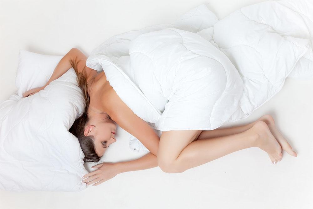 femeie-somn-alb