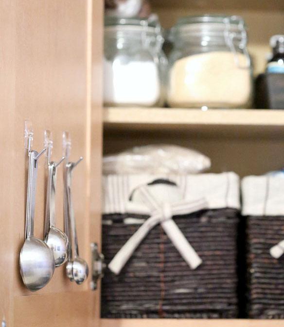 lingurile-de-dozare-pe-usa-dulapului