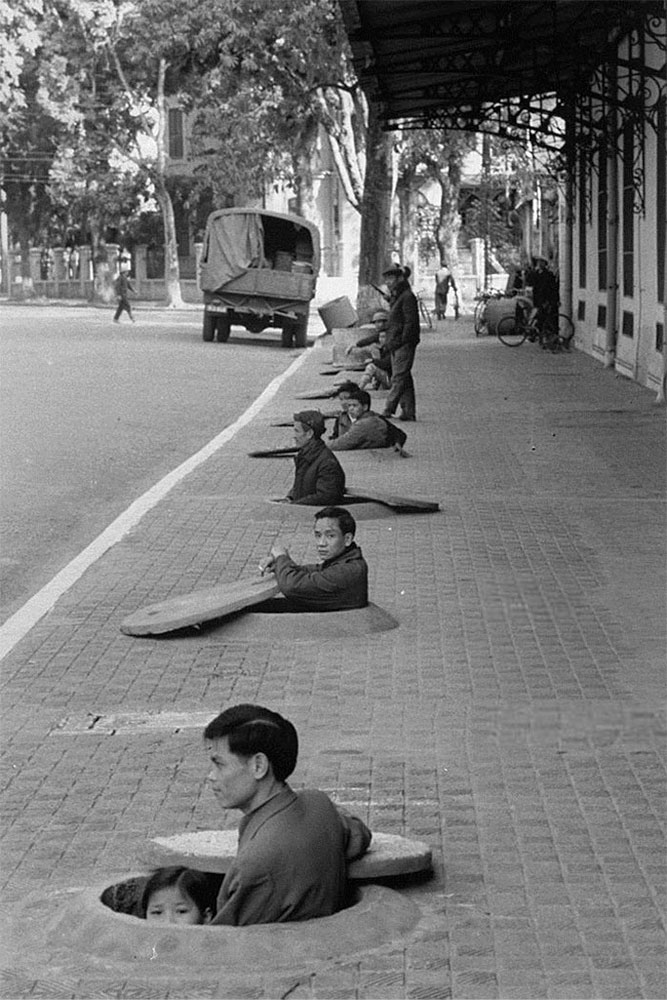 locuitorii-hanoi-se-ascund-de-atacurii-avia-1967