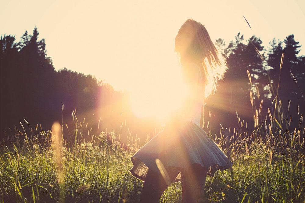 lumina-soare-femeie