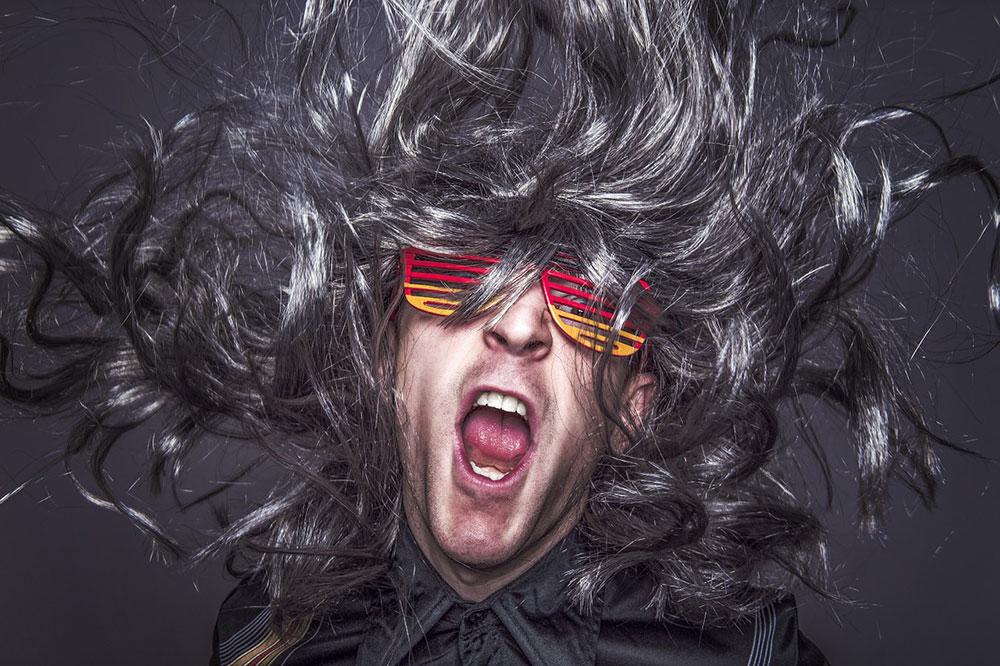muzician-persoana-striga-ochelari