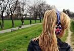 persoana-asculta-muzica-casti-engleza