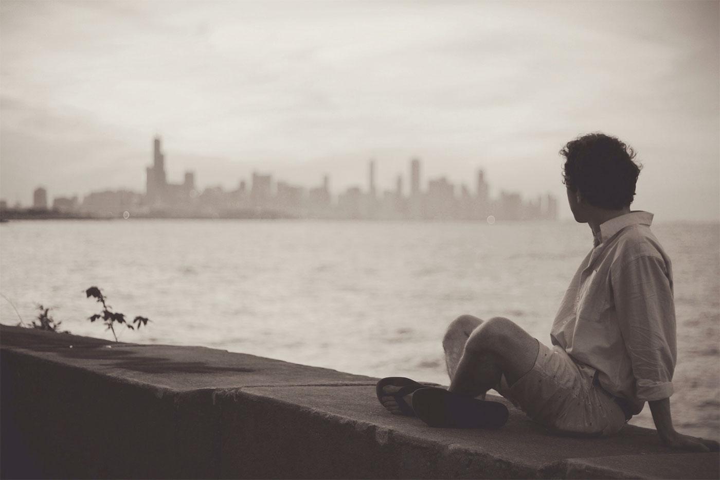 Bărbat se uită la oraș. © George Caleb