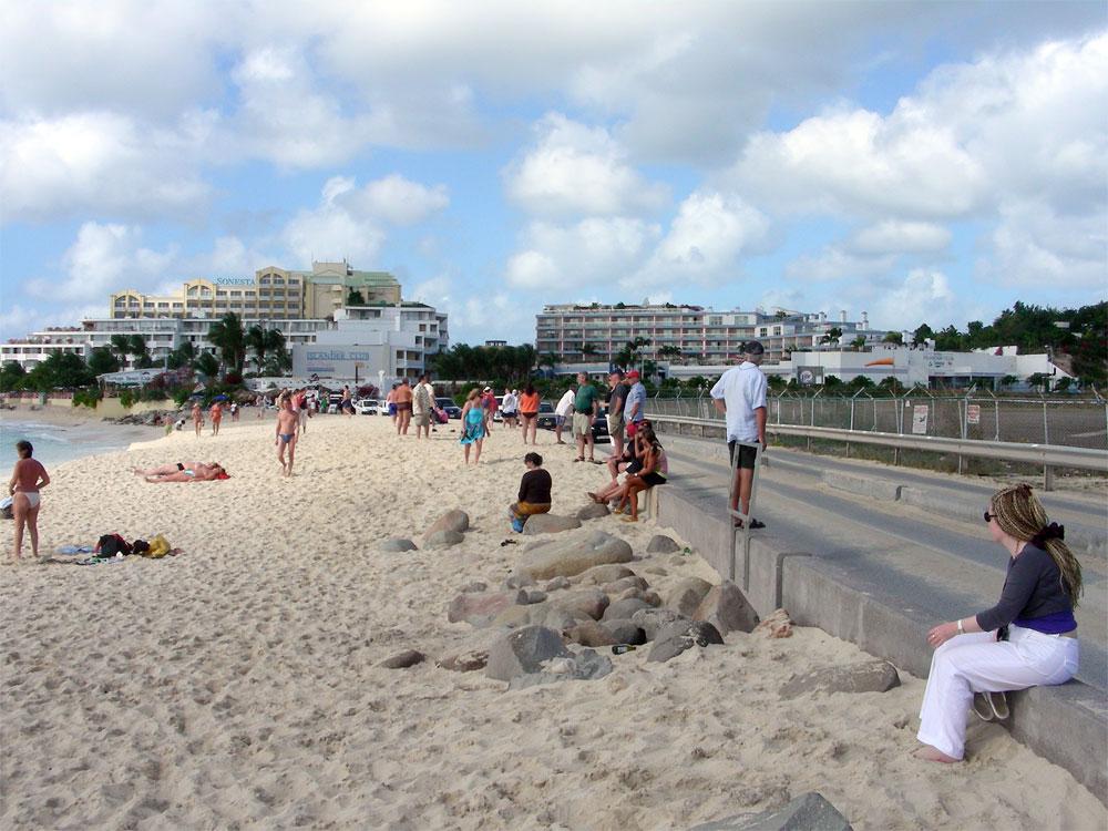 plaja-maho-beach-02