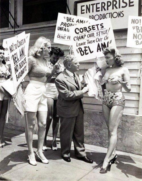 protest-contra-folosirii-corsetelor-1946