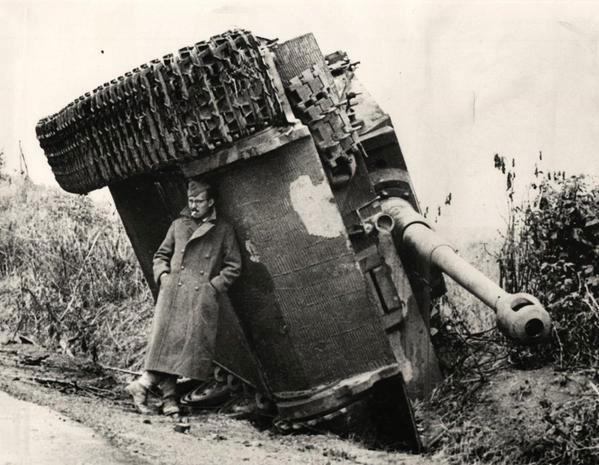 soldat-britanic-tanc-tigru-1944