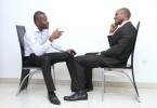 doi-barbati-discuta
